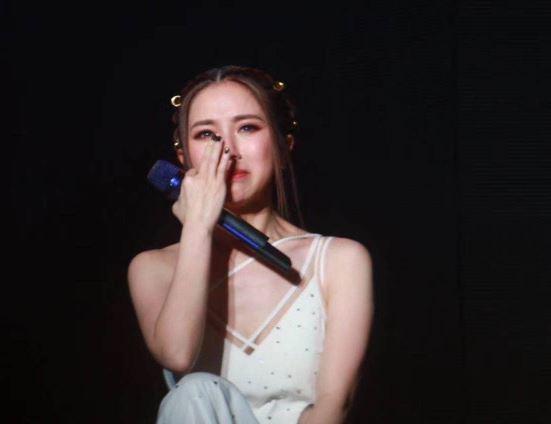 邓紫棋哭了 演唱会三度泪崩 积压太多委屈身体消瘦