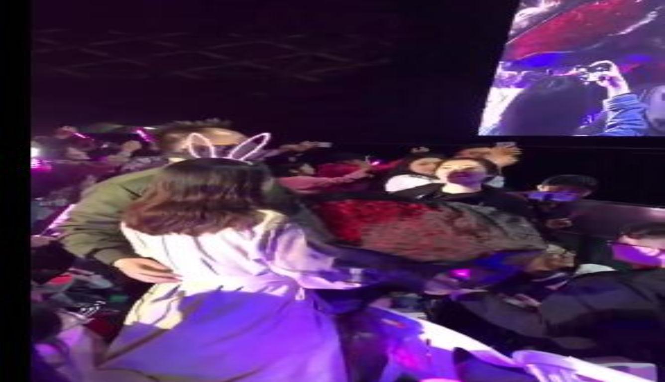 王力宏演唱会上帮粉丝求婚 还让大家一起唱歌祝福