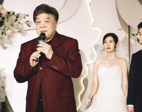 赵忠祥参加婚礼 两鬓雪白身材发福十分苍老