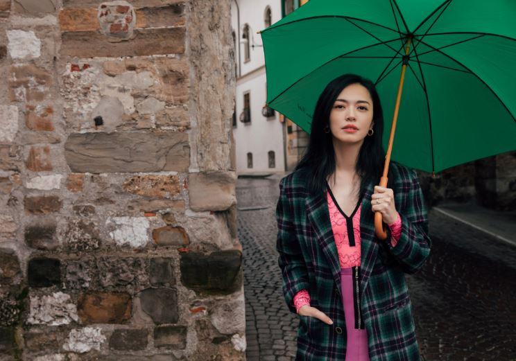 姚晨意大利街拍粉裙绿伞 明艳了让雨中乌迪内小镇
