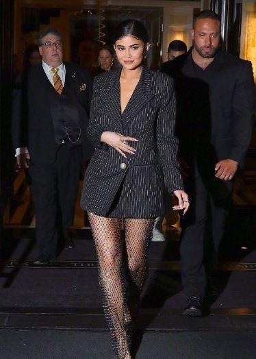 """金小妹Kylie Jenner纽约街拍 西装下面配""""遮蚊罩""""?"""