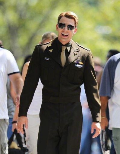 美国队长Chris Evans军装现身街头 这英雄身材逆天