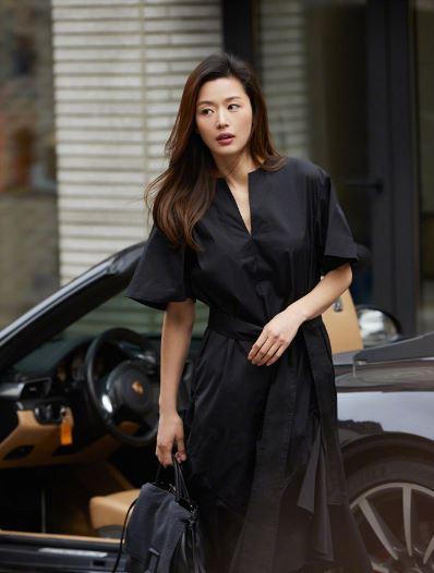全智贤最新街拍 一身黑裙脚运动鞋跑车加持气势尽显