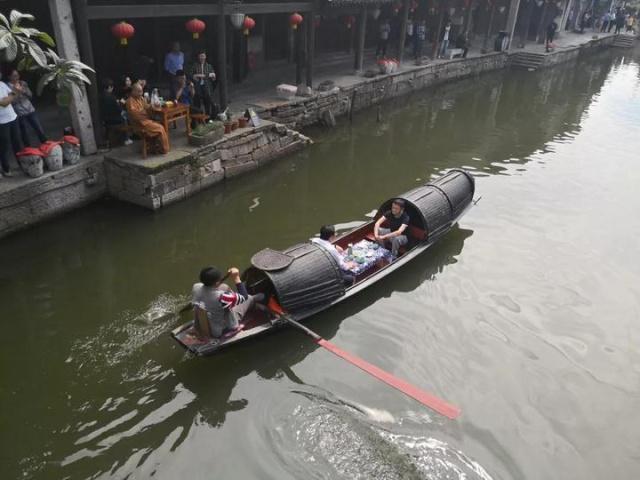 马云现身绍兴 与绍兴市委书记喝黄酒坐乌篷船