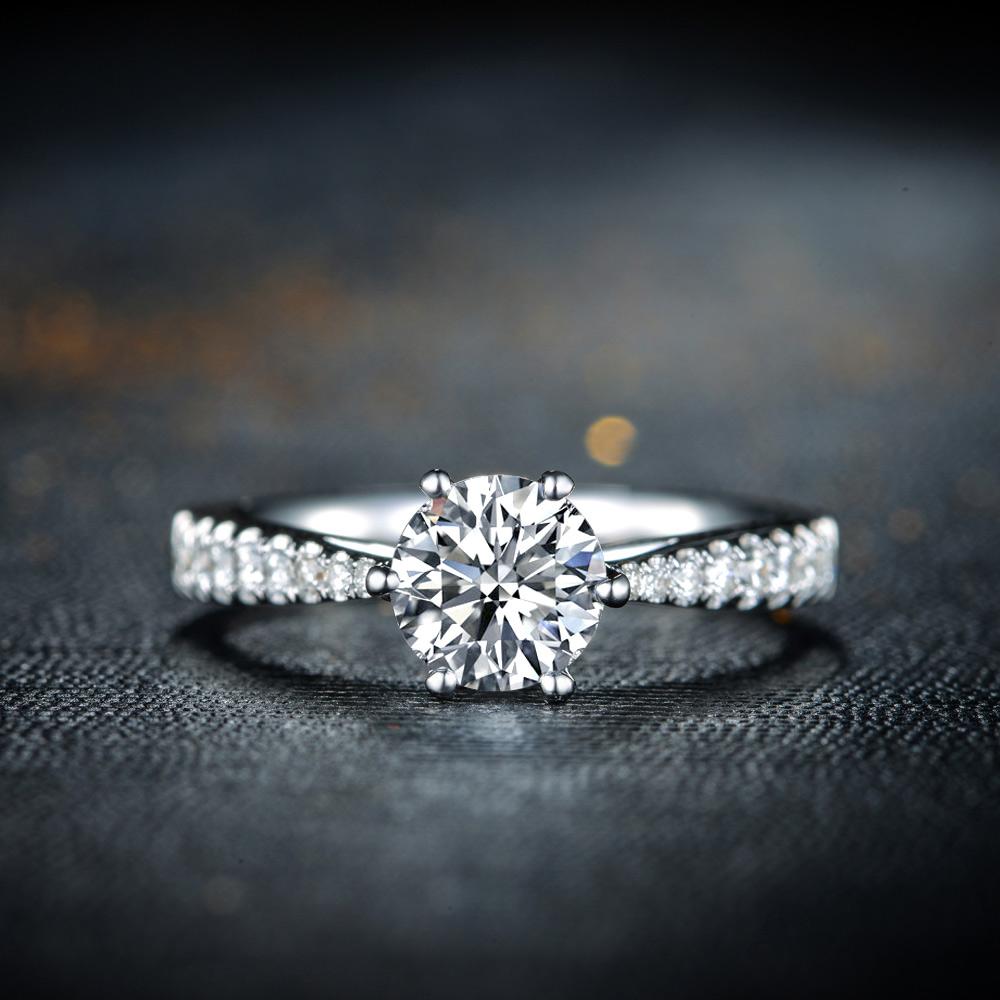 """女子凭着""""魔术手""""掉包一枚价值三万七千块钱的钻石戒指"""