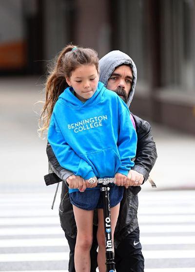 权游小恶魔提利昂带8岁女儿出街 女儿身高已超父亲
