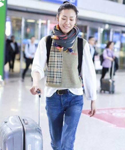 刘雯大表姐居然喜欢穿爷爷的针织背心?