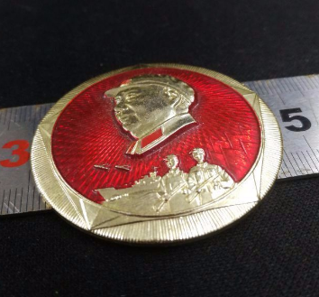 """""""中国人民解放军上海警备区东海舰队全体指战员敬赠734部队""""毛主像章值多少钱"""