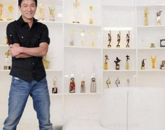 刘天王的豪宅:装修只是刷白墙 家里的沙发壁画才是亮点
