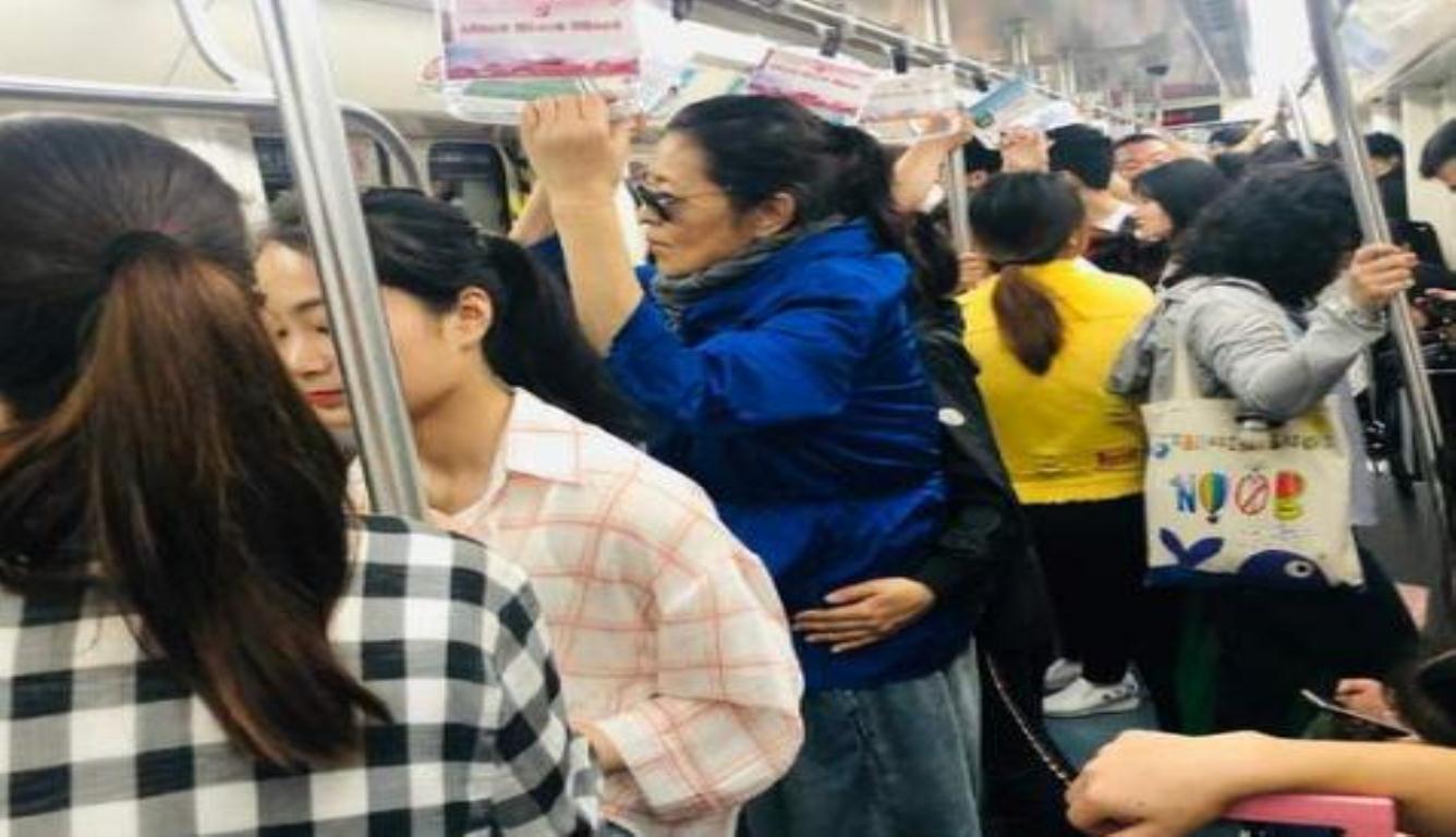 60岁倪萍长沙挤地铁 身边有一个人扶着她的腰