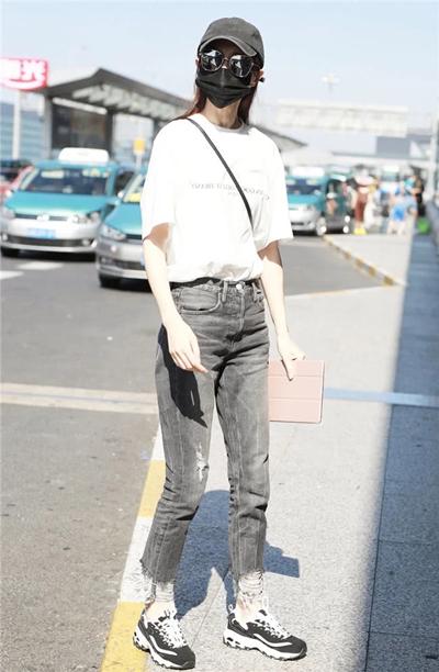 达人穿衣搭配技巧示范 白T+牛仔裤清新减龄显活力