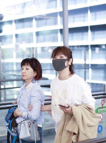 徐静蕾黄立行合体过520 现身上海机场