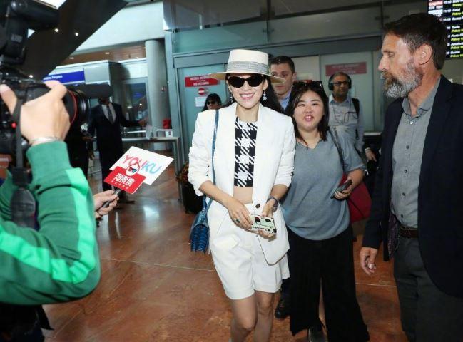 章子怡抵达戛纳机场街拍 白色套装加袜靴率性十足