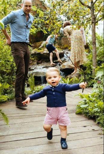 凯特王妃威廉王子一家五口花园玩耍 十分温馨