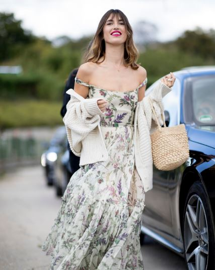 用一件碎花吊带裙穿出法式的优雅