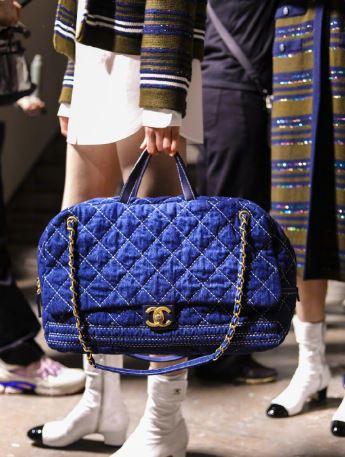 香奈儿新款菱格纹设计手袋 演绎钴蓝色调