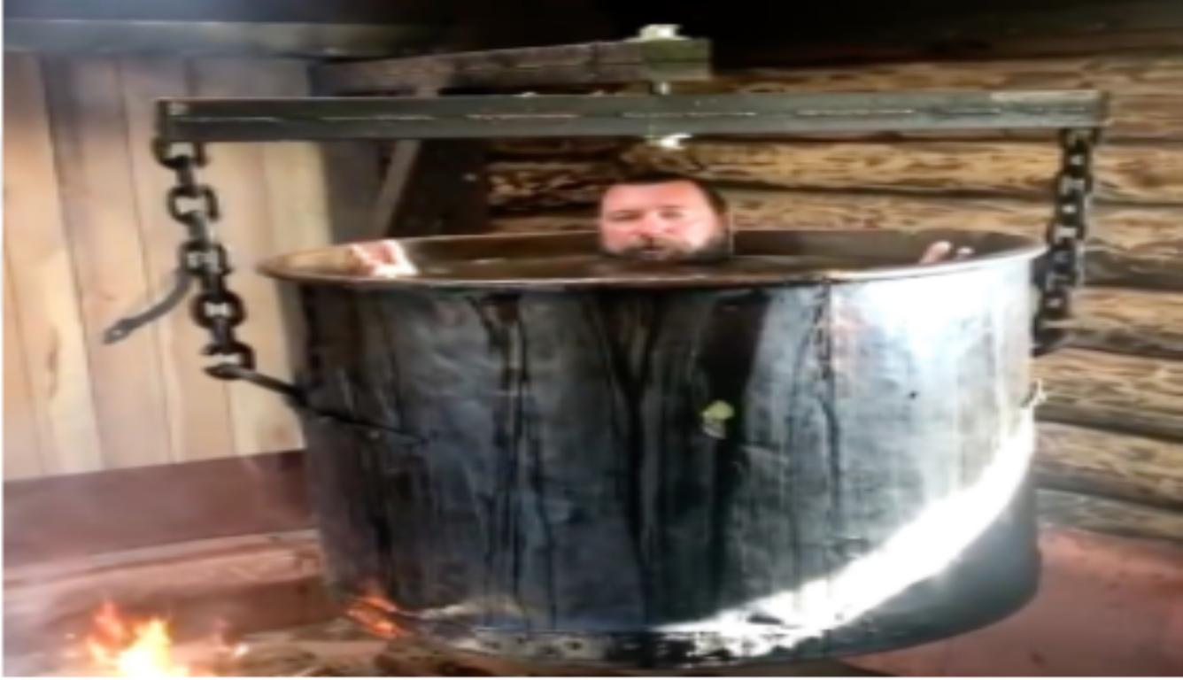 俄罗斯一男子用铜锅炖自己治病 还邀请公众前来泡澡