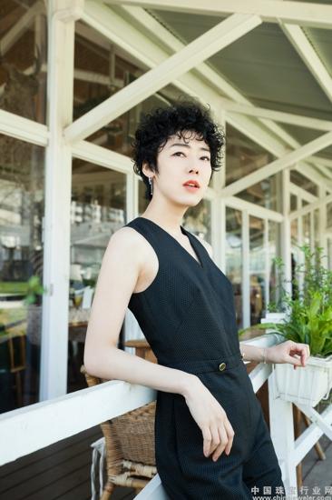 日本人气模特赤坂沙世佩戴铂金首饰拍摄时尚大片