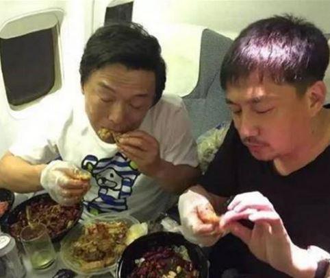 明星们在飞机上都干嘛? 看了这个就明白他们也是普通人