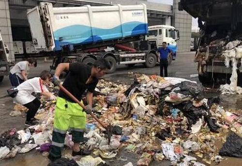 一女子将钻戒当垃圾丢弃 物业翻遍垃圾桶寻回