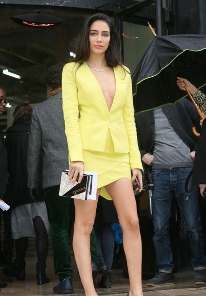 呆板的职业套裙装 如今居然被捧在手心