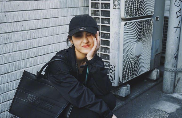 张子枫妹妹街头定格 复古搞怪满满少女气息