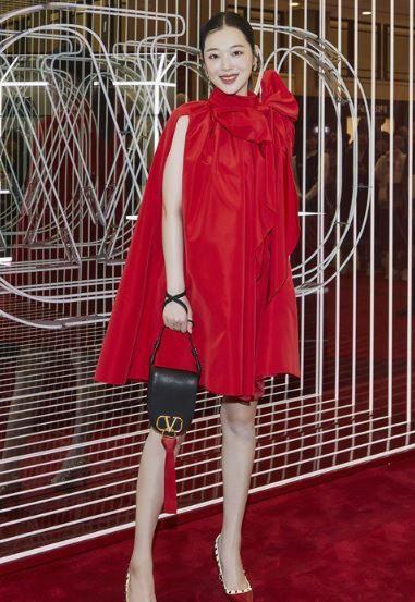 崔雪莉佘诗曼同穿华伦天奴红色连衣裙 喜欢谁的演绎?