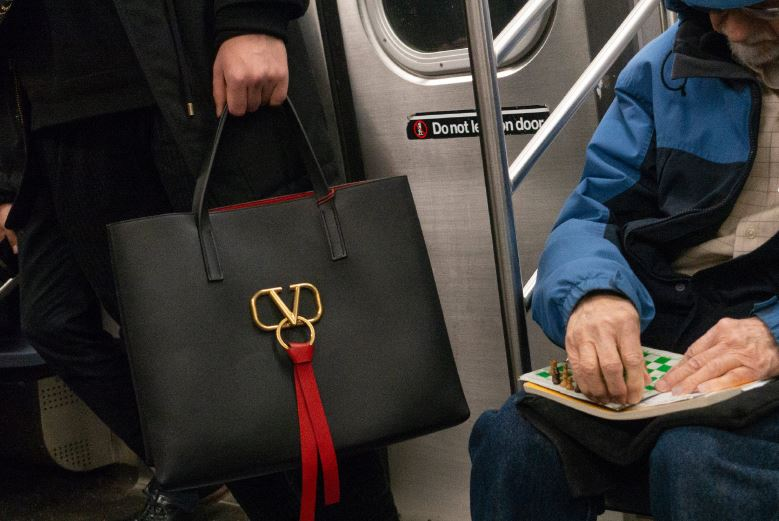 华伦天奴VRING手袋 陌生人之间的情感捕捉