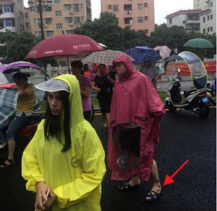 岳云鹏穿雨衣造型 穿老头乐拖鞋接孩子超接地气