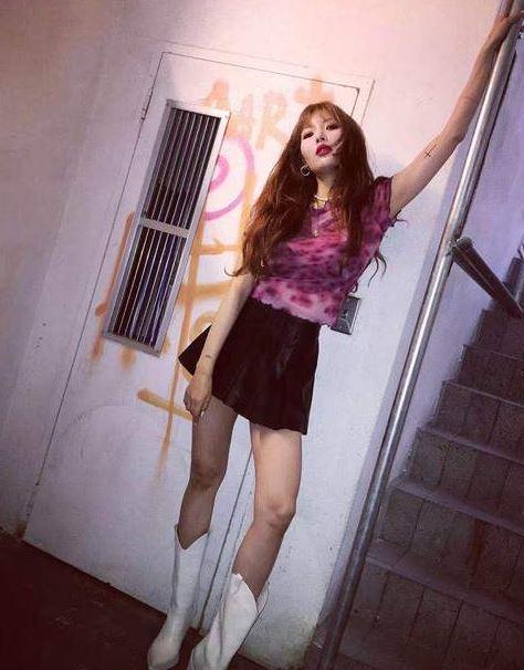 """穿上泫雅Lisa同款A字裙 能变成""""腿精""""少女吗?"""