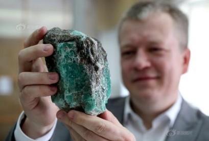 俄罗斯发现重达1.6公斤重巨型祖母绿宝石