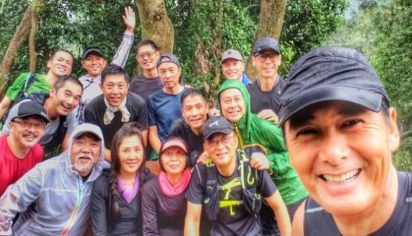 64岁周润发雨中爬山 带同一班圈中老友挨近大自然