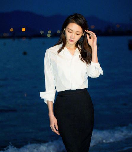 苗苗白色衬衫搭黑色包裙 致敬巩俐戛纳经典造型