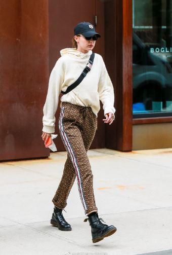 街拍霸姐Gigi Hadid离开公寓 依旧飒气如风