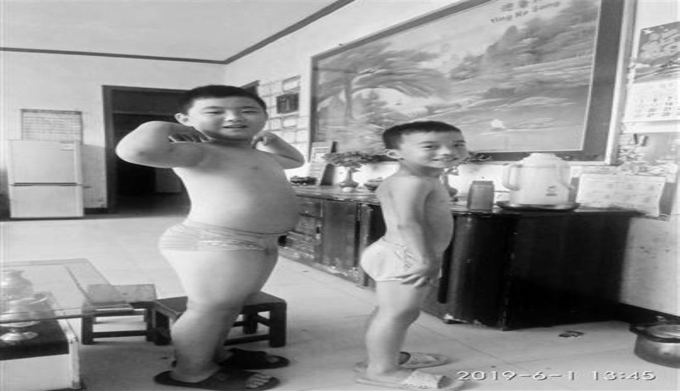 """为救父亲狂吃增肥 父子俩约定了""""长到100斤""""的目标"""