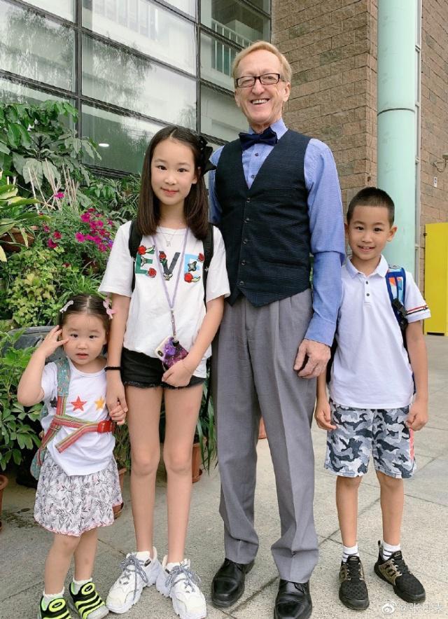 赵文卓妻子晒全家福 9月大女儿就要独自去瑞士读书