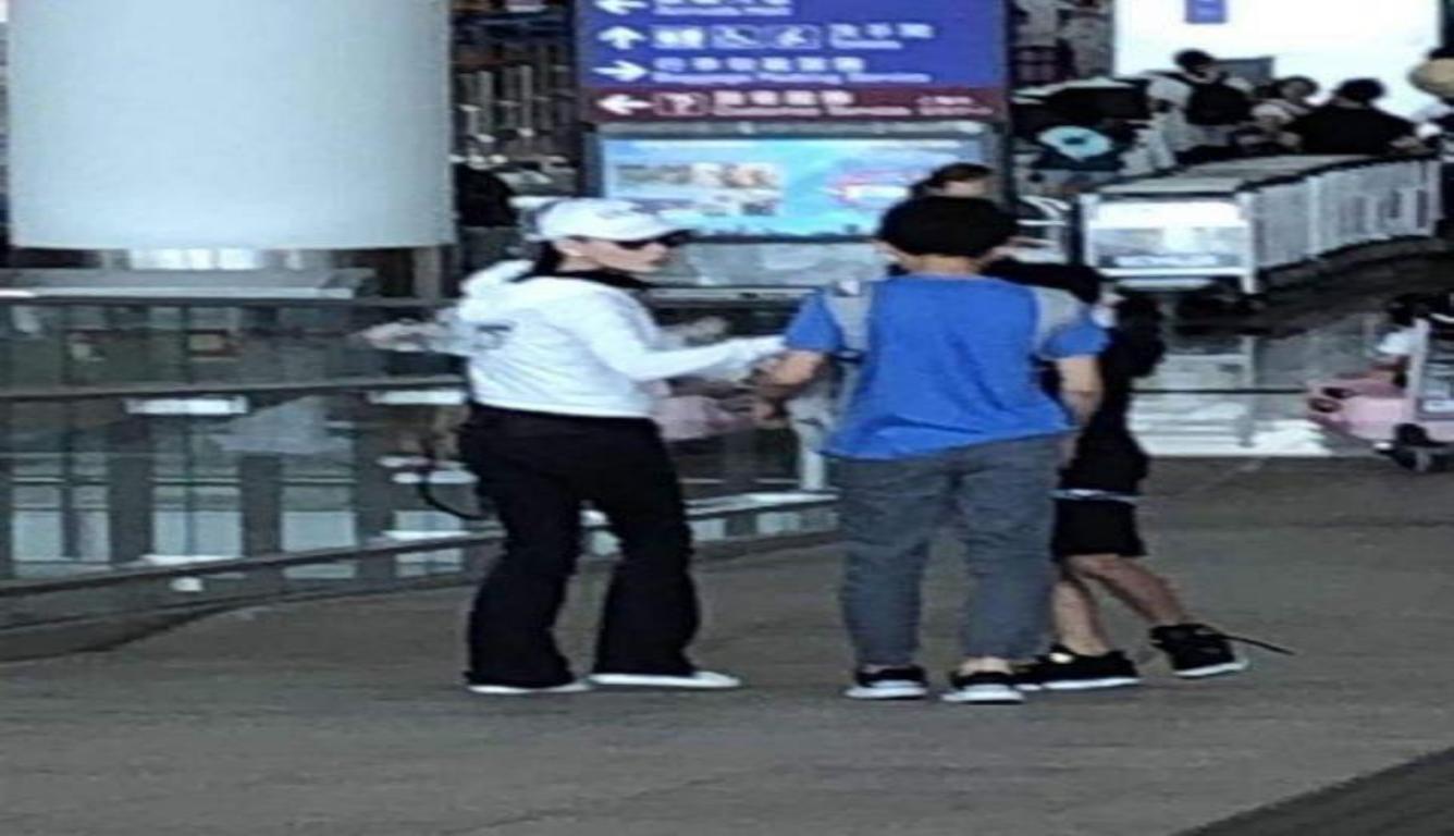 张柏芝携俩儿子出游 母子三人并肩画面很是温馨