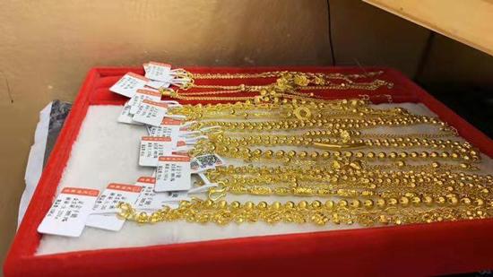 珠宝店店员大意将珠宝当垃圾丢在门口 警察帮助寻回