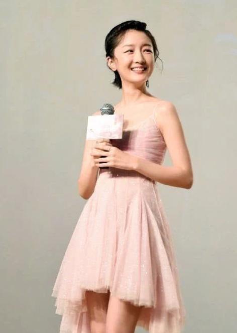 粉色吊带裙的周冬雨是仙女啊!