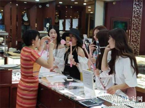 杭州国际珠宝城里的直播场景