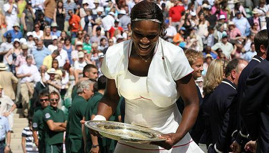 白色的网球装通吃两界 从运动场到奢侈品店