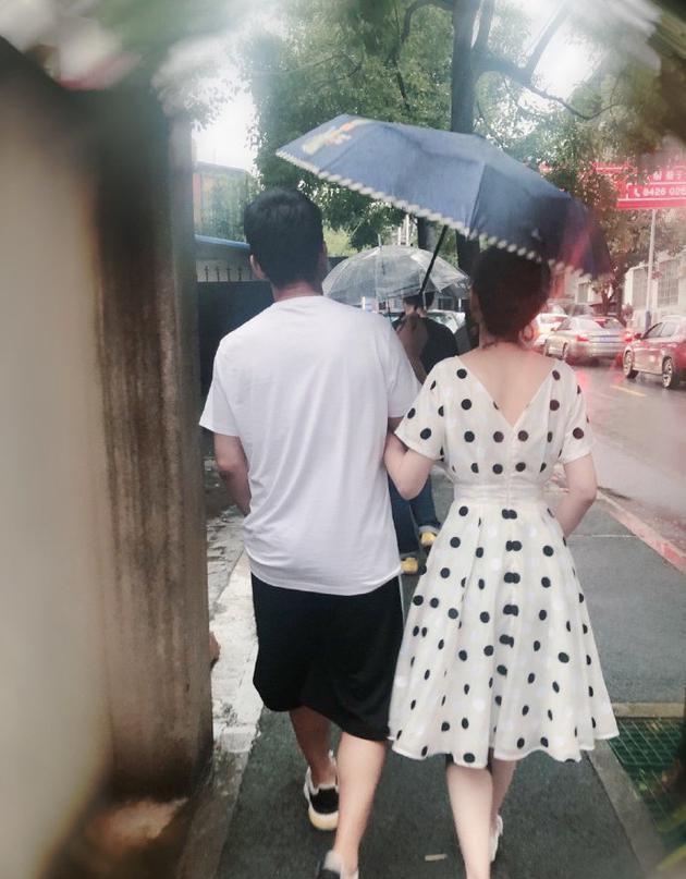 程莉莎晒郭晓冬背影 郭先生这伞撑的很棒棒