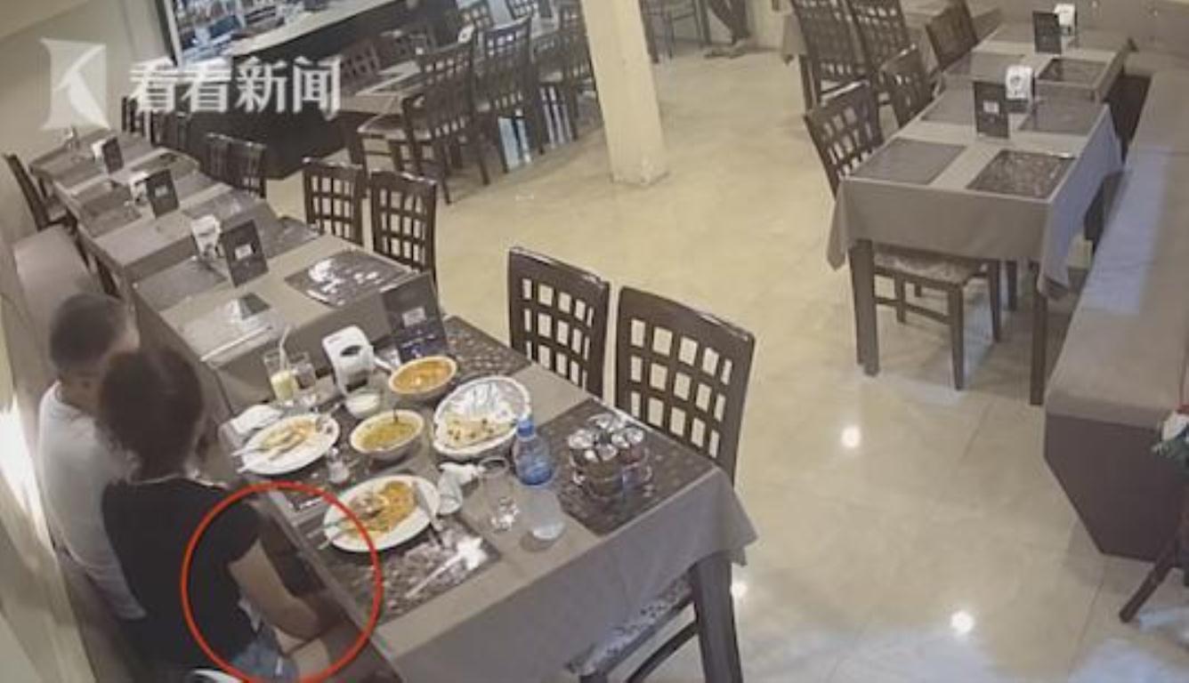 女子拔腿毛丢菜里 还质问服务员食物里为什么会有毛