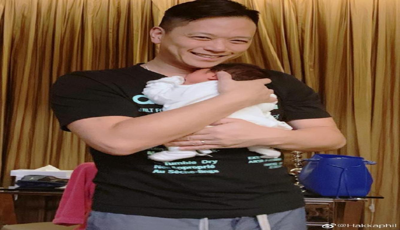 胡杏儿二胎儿子曝光 李乘德无比轻柔地怀抱宝贝