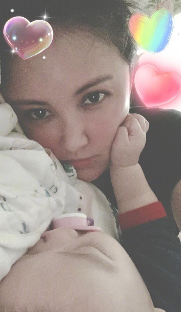 张歆艺晒儿子熟睡照片 自曝每天和宝宝同吃同睡