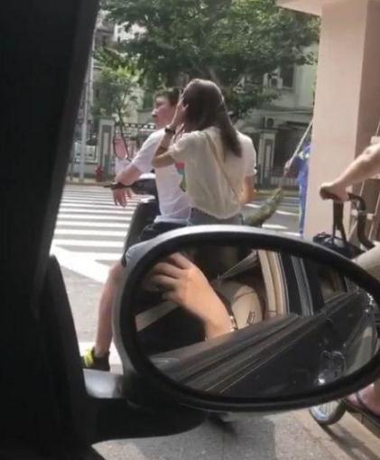 王思聪骑电动载美女 在斑马线前等红灯