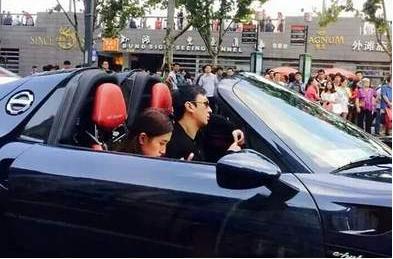 王思聪骑电动车载美女被偶遇