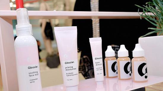 彩妆品牌Glossier 发售品牌第一个限量成衣系列