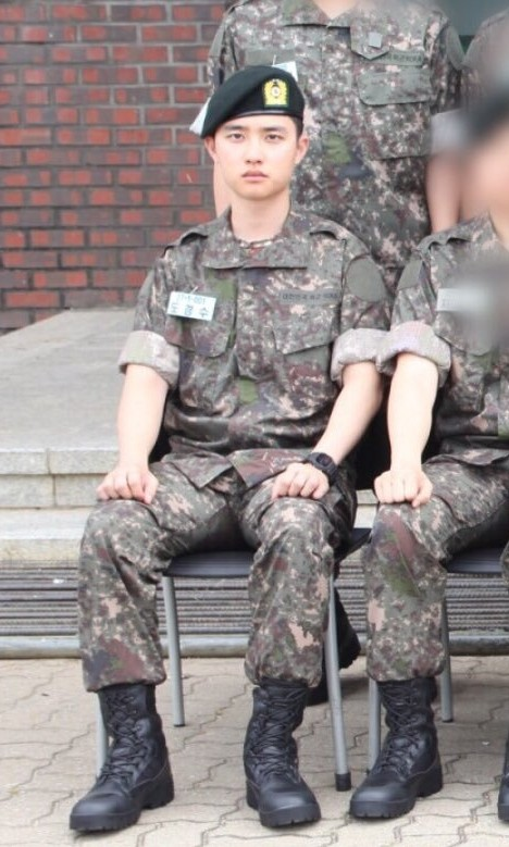 都暻秀入伍军装照 一本正经的样子过分可爱