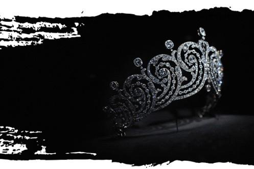 """二十九顶精美绝伦的冠冕闪耀""""卡地亚·故宫博物院工艺与修复特展"""""""